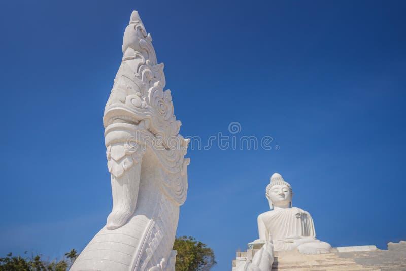 Buda grande que la estatua fue empleada una alta cumbre de Phuket Tailandia puede ser visto a distancia foto de archivo