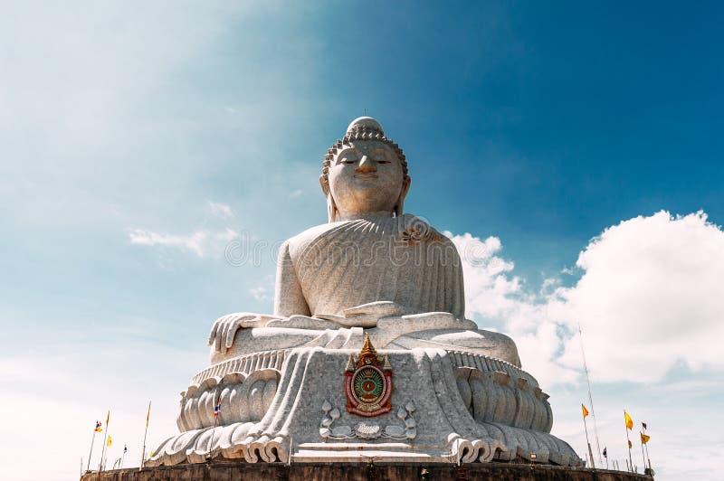 Buda grande que la estatua fue empleada una alta cumbre de Phuket Tailandia puede ser visto a distancia Buda blanco grande Tailan fotografía de archivo libre de regalías