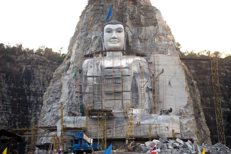 Buda grande tallado en el acantilado en Tailandia fotos de archivo