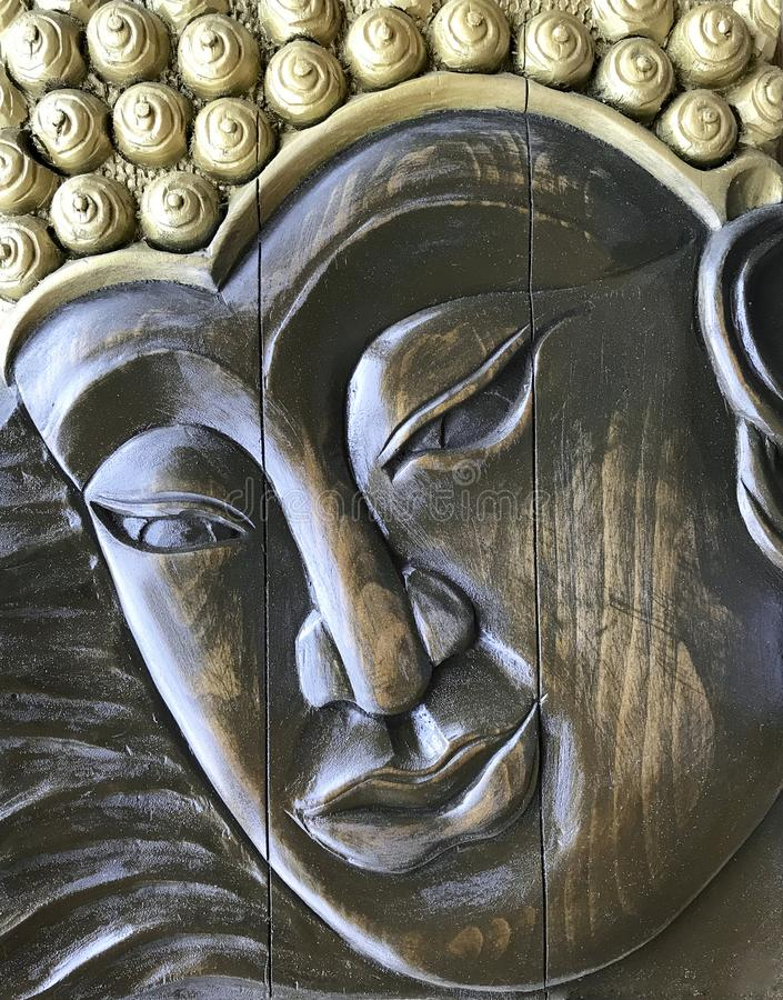 Buda hace frente ejecutado con el estilo antiguo, talla de madera Hecho a mano, bajorrelieve de madera imagenes de archivo