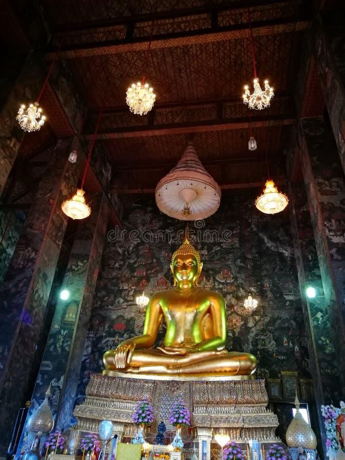 A Buda a mais grande em um templo imagem de stock