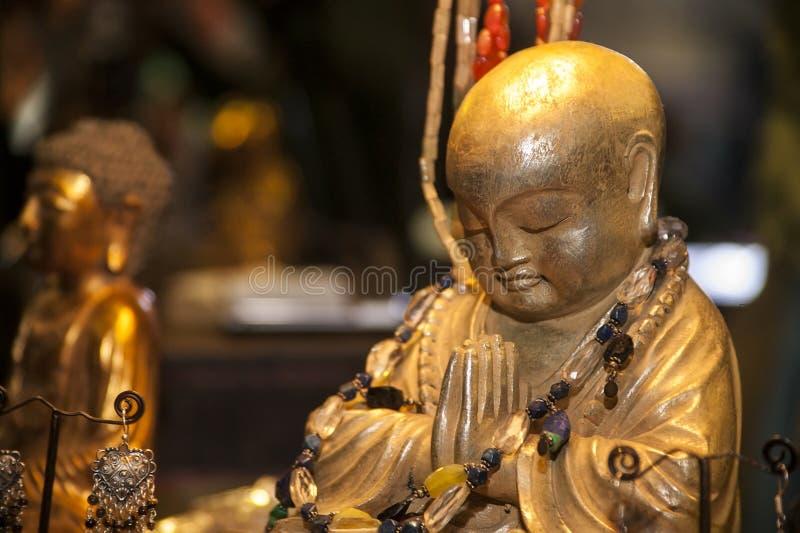 Buda na oração e na meditação foto de stock