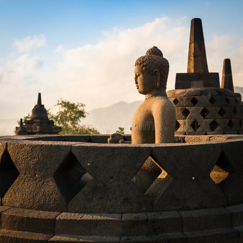 Buda no templo de Borobudur no nascer do sol. Indonésia. imagens de stock royalty free