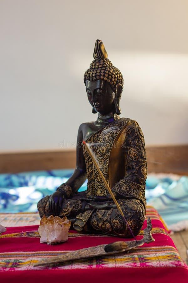 Buda posicionada sobre o altar na classe e na meditação da ioga imagem de stock royalty free