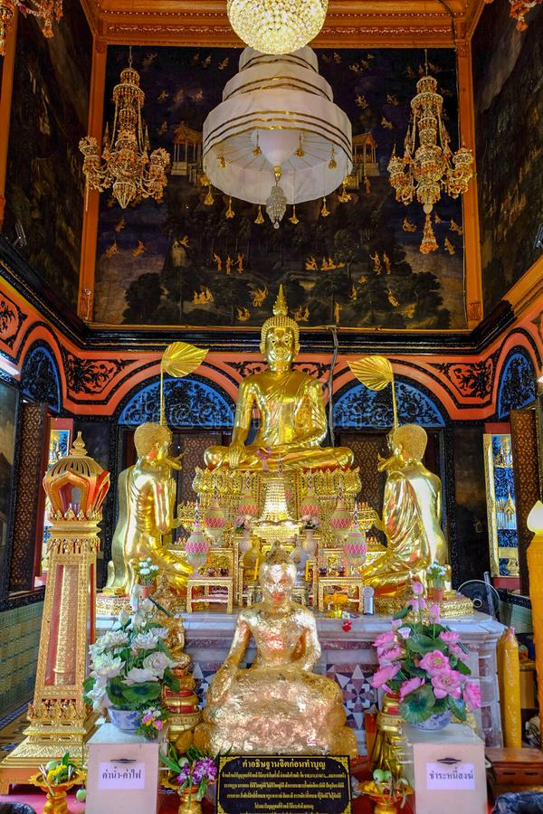 Buda que preside no salão real da classificação em Wat Poramaiyikawas Worawihan fotografia de stock royalty free