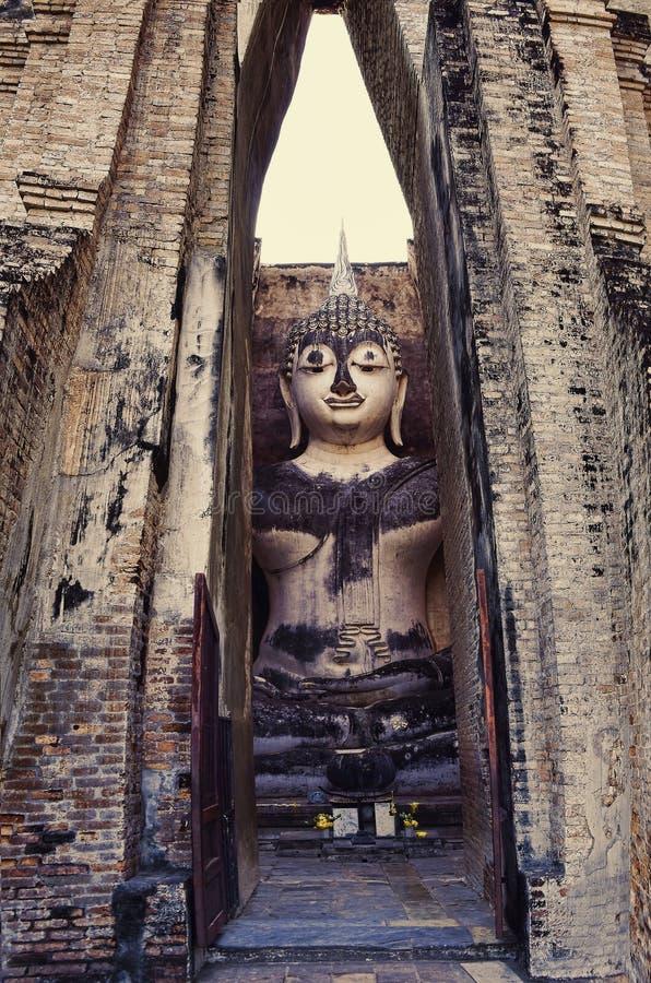 Buda que se sienta en templo fotos de archivo libres de regalías