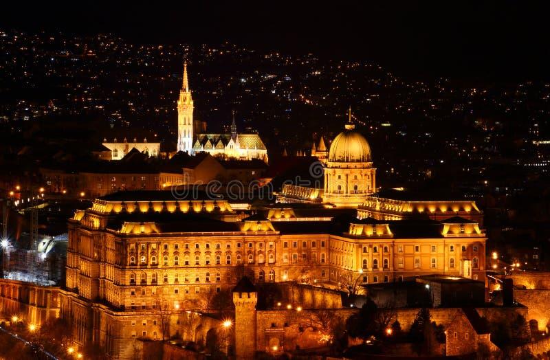 Buda Royal Palace και Matthias Church το βράδυ στο Hill του Castle στοκ εικόνα