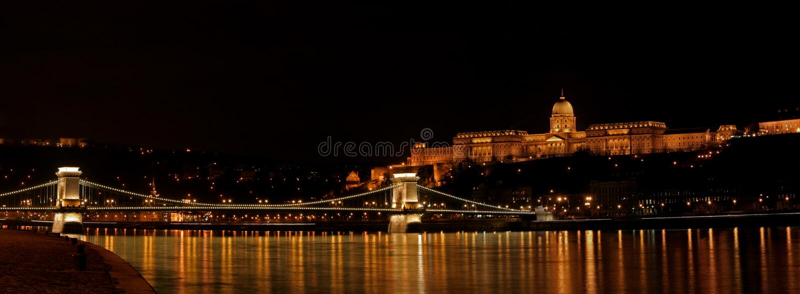 Buda Schloss und Szechenyi Brücke stockfotos