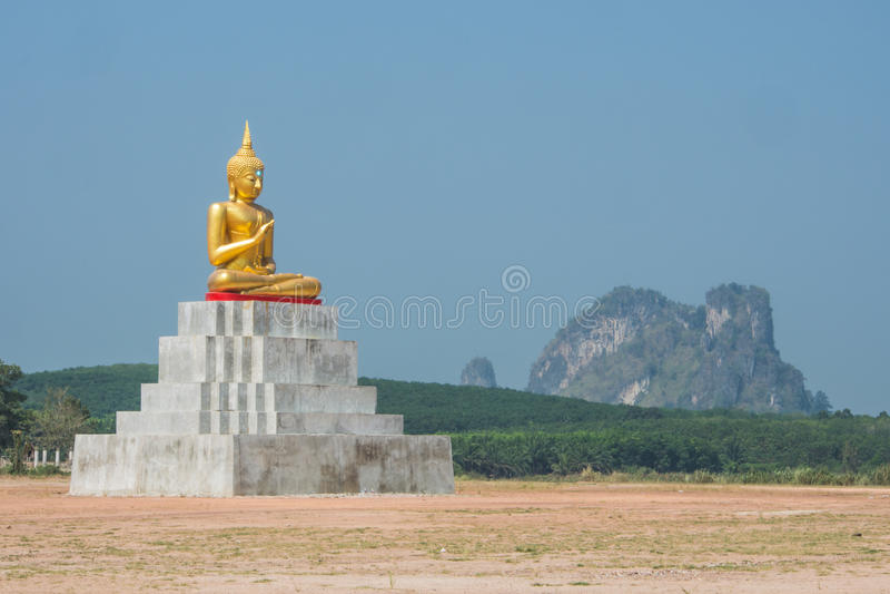 A Buda senta a estátua fotografia de stock royalty free
