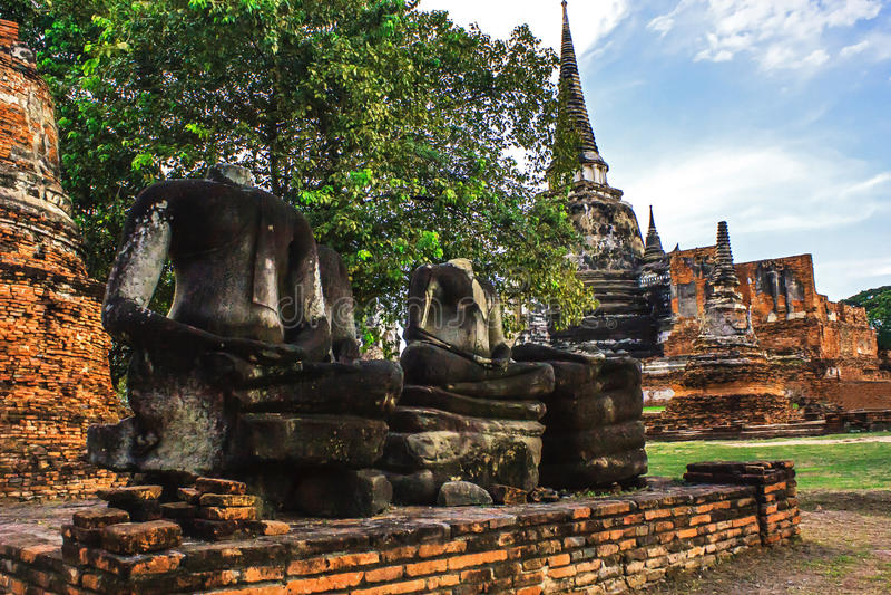 Buda sin cabeza en la actitud de las ruinas de la estatua de la meditación en el parque de Wat Phra Sri Sanphet Historical, provi fotografía de archivo