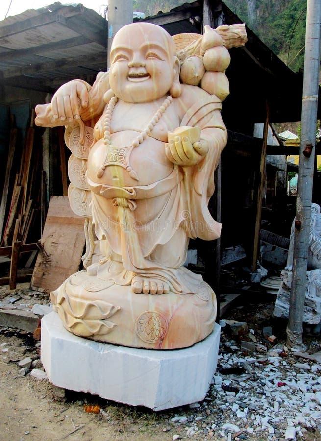 Budai在织品的大理石雕塑 库存照片