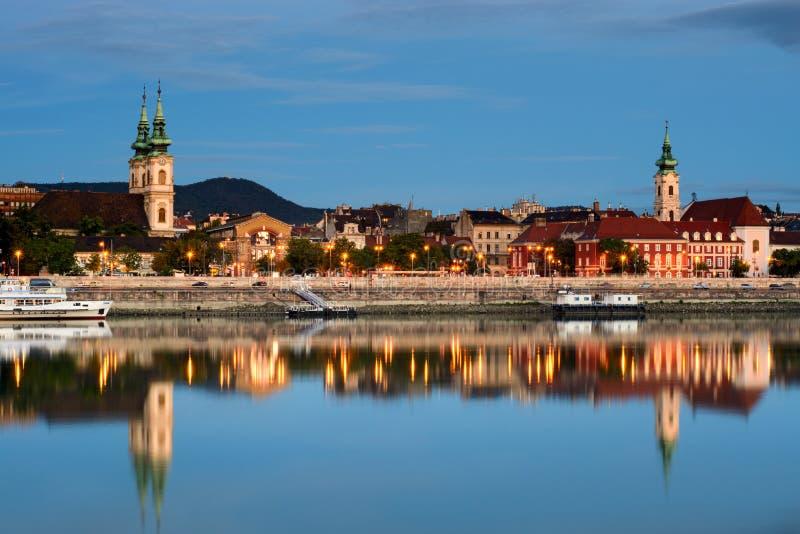 Budakant van de stad van Boedapest in water wordt weerspiegeld dat royalty-vrije stock fotografie