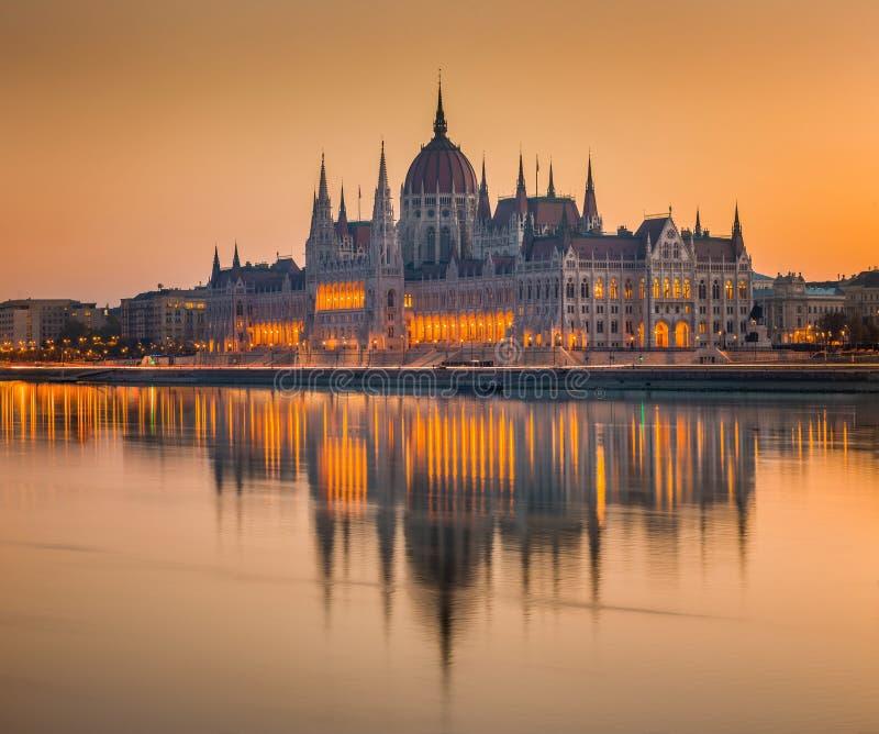 Budapes, Венгрия - красивый оранжевый восход солнца на венгерском парламенте стоковые фото