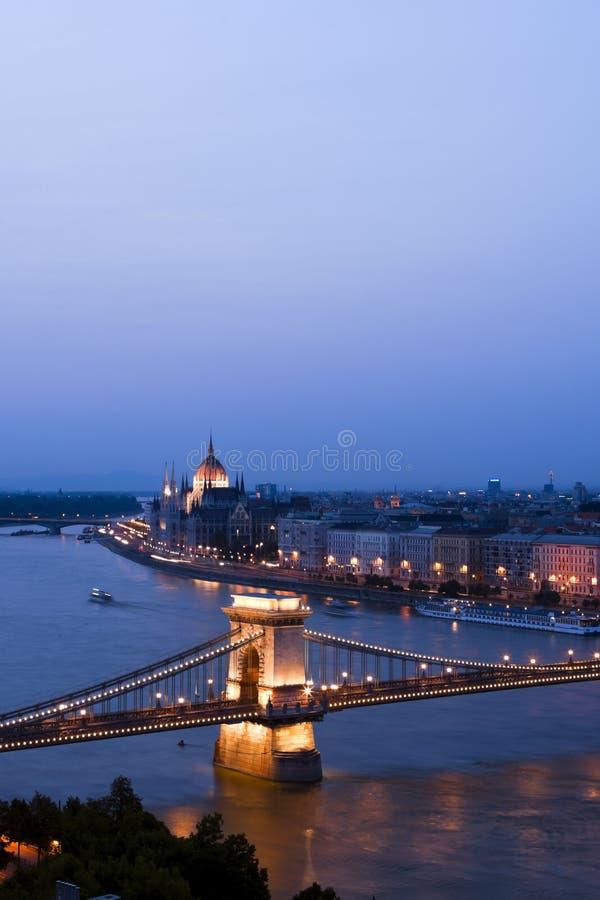Budapest è il ponticello ed il Parlamento. fotografia stock