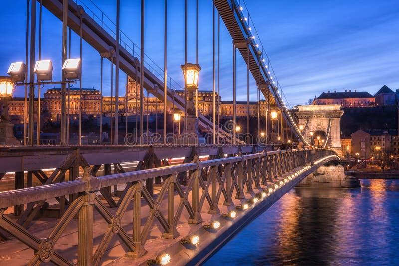 Budapest, Łańcuszkowego mosta Szechenyi lanchid przy mrocznymi błękitnymi godzinami, Węgry, Europa obrazy royalty free