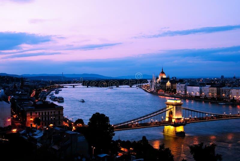 Budapest am Abend stockfotos
