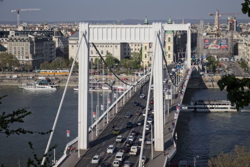 Budapest, abril de 2019: Puente de Elisabeth que conecta Buda y al lado del parásito con tráfico imagen de archivo libre de regalías