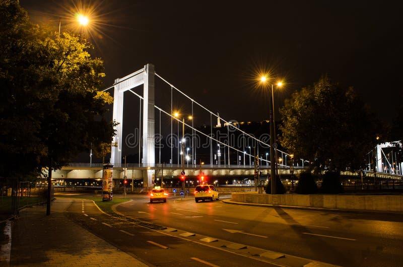 Budapest alla bella vista del ponte di Erzsébet, Hungar di notte fotografie stock