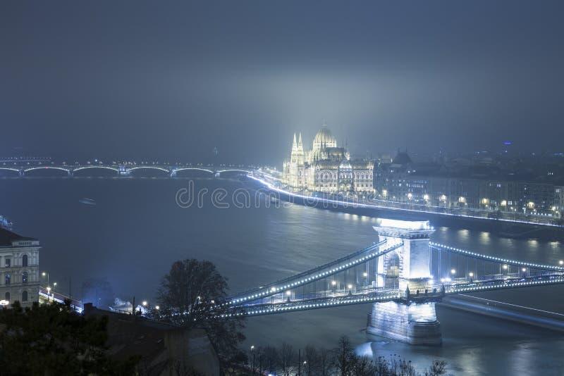 Budapest alla notte, Ungheria, vista sul ponte a catena e sulla parità fotografie stock libere da diritti