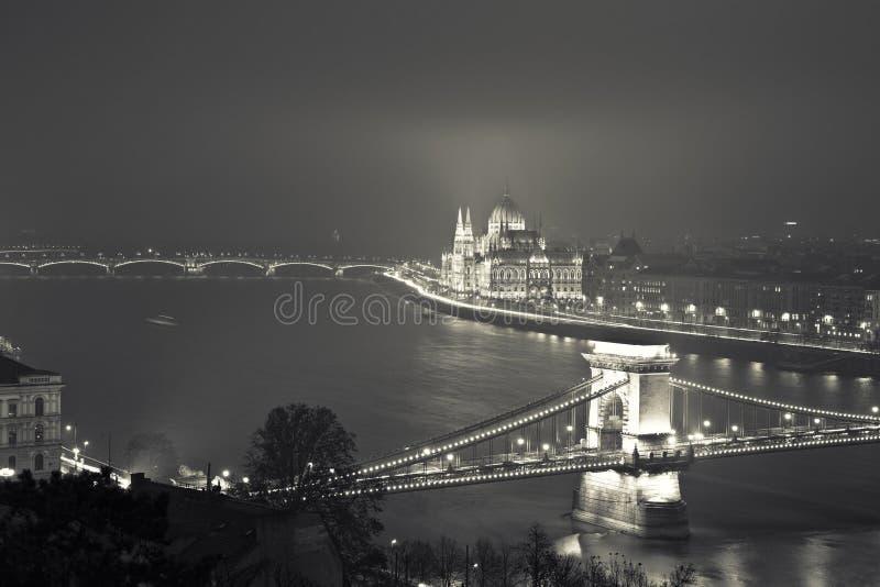 Budapest alla notte, Ungheria, vista sul ponte a catena e sulla parità immagine stock libera da diritti