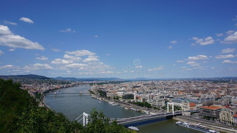 Budapest-Ansicht über Donau- und Plagebank lizenzfreie stockbilder