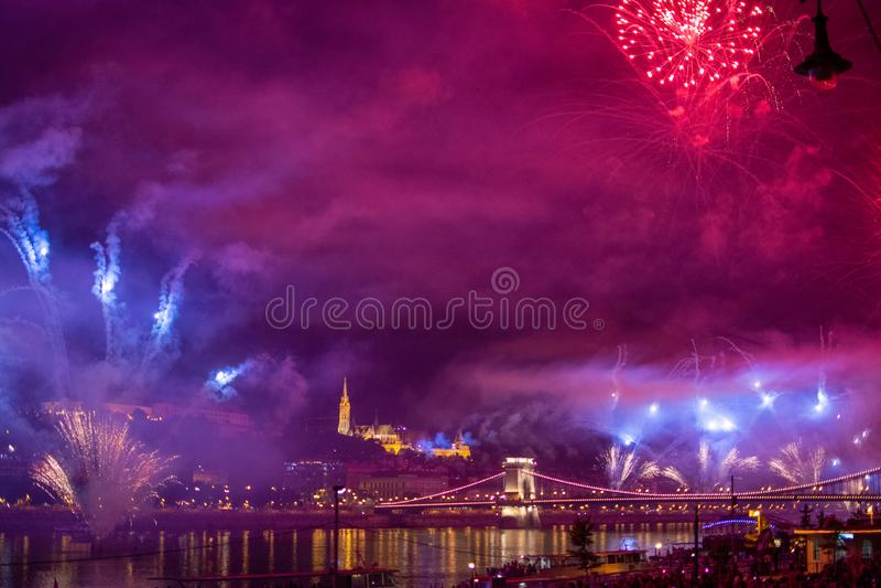 BUDAPEST - 20 AOÛT 2019 : Feu d'artifice annuel le 20 août au-dessus du Danube et du pont de la Chaîne avec le château de Buda, C photographie stock