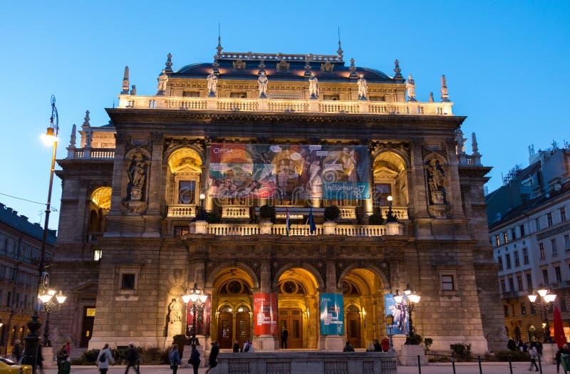 Budapest - bâtiment hongrois d'opéra d'état dans la nuit photos stock