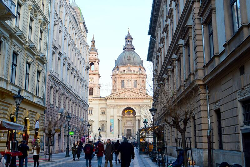 Budapest: Basilica från St Stephen från Zrinyi ulica fotografering för bildbyråer