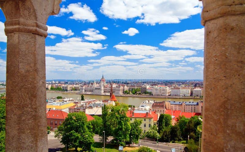 Budapest bonito através das colunas fotos de stock