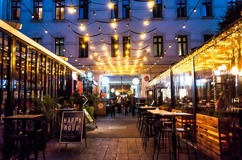 Budapest, calle con los pubs foto de archivo