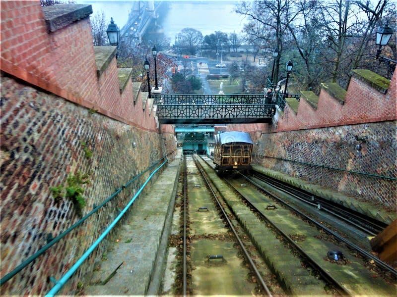 The Budapest Castle Hill Funicular of Budavári Sikló Fog, infrastructuur en vervoer stock foto
