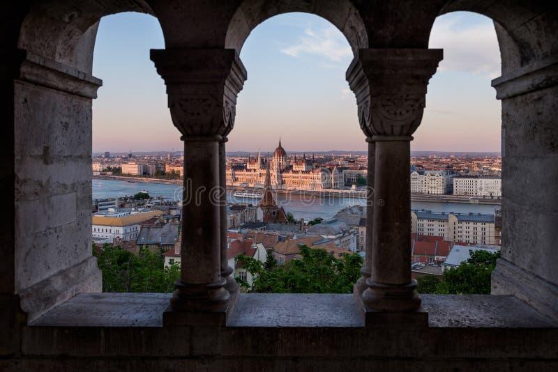 Budapest che la capitale dell'Ungheria ha attraversato dal Danubio immagine stock libera da diritti