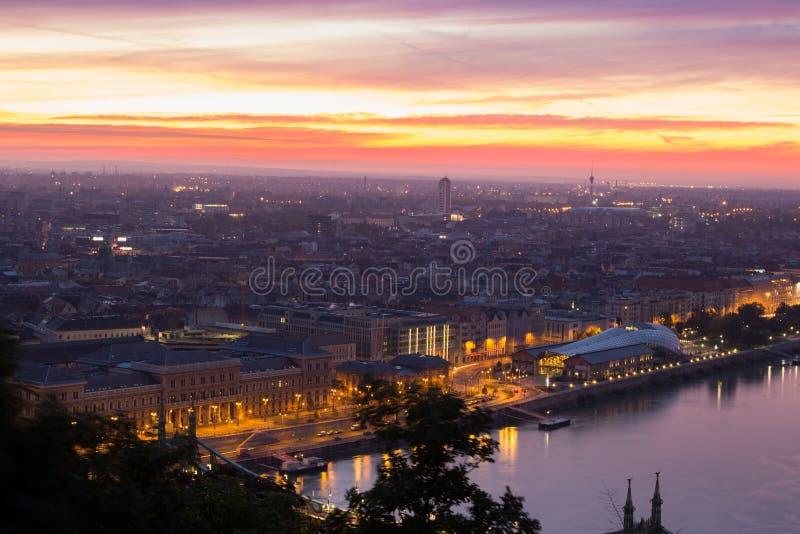 Budapest com luzes impetuosas do céu e da cidade foto de stock