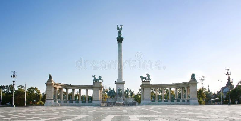 Budapest cuadrada del héroe fotos de archivo