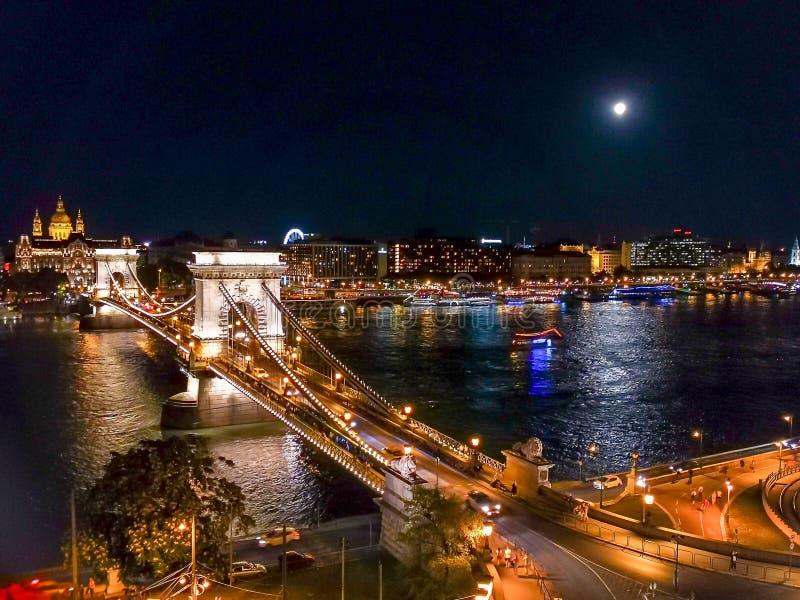 Budapest de noche como los turistas pueden ver imagenes de archivo