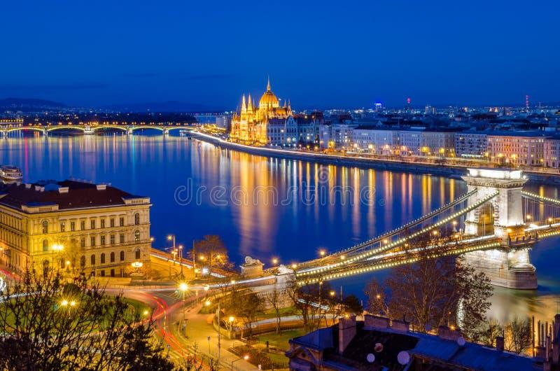 Budapest, el parlamento húngaro y Danubio en la hora azul fotos de archivo libres de regalías