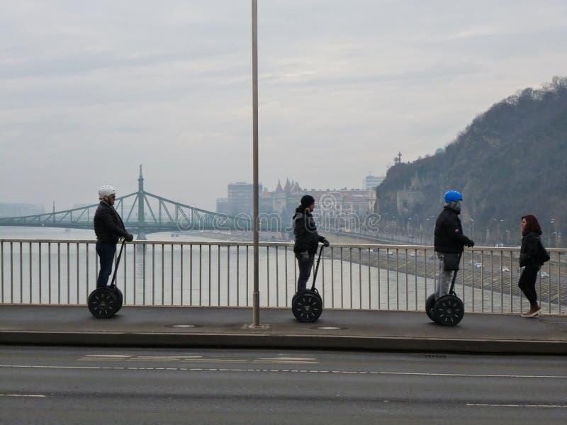 Budapest, Elisabeth Bridge com Segways fotografia de stock