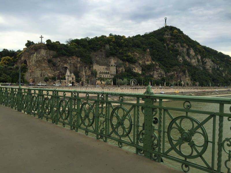 Budapest - Elisabeth Bridge - sikt från bergstoppet av plågasidan royaltyfria foton