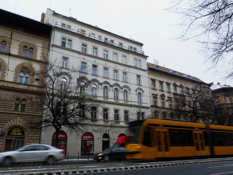 Budapest en un día de invierno con la tranvía amarilla borrosa que pasa cerca fotografía de archivo libre de regalías