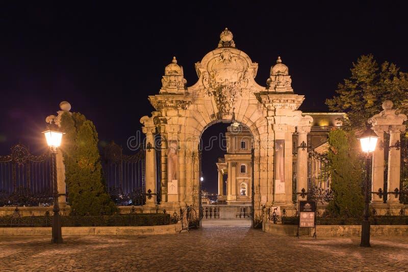Budapest, entrada arqueada ornamentado a Royal Palace imagem de stock