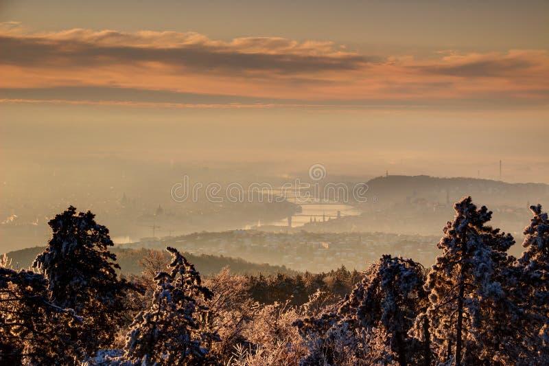 Budapest in foschia di mattina di inverno con il Danubio, Ungheria immagine stock