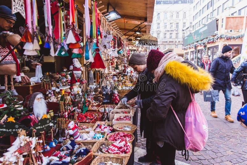 BUDAPEST, HONGRIE - 19 DÉCEMBRE 2018 : Touristes et personnes locales appréciant le beau marché de Noël à St Stephen images stock