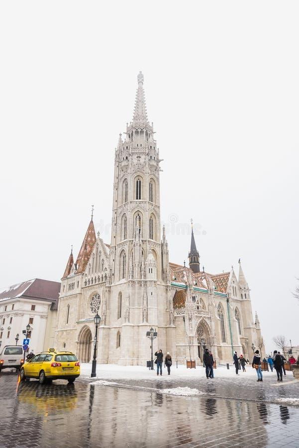 Budapest, Hongrie - 5 janvier 2016 : Église gothique de St Matthias sur le secteur de château de colline de Buda Personnes et voi photos libres de droits