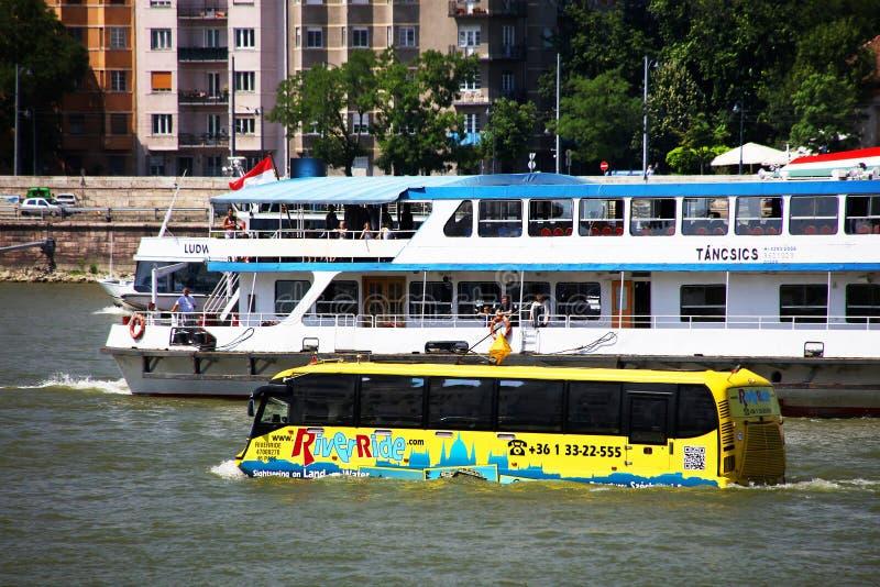 Budapest, Hongrie - juin, 02, 2018 - l'autobus amphibie concurrence le bateau de croisière sur le Danube images libres de droits
