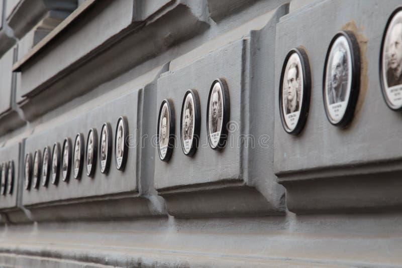 BUDAPEST, HONGRIE - 19 JUIN 2014 : Photos des victimes des régimes fascistes et communistes en dehors de Chambre de la terreur images libres de droits