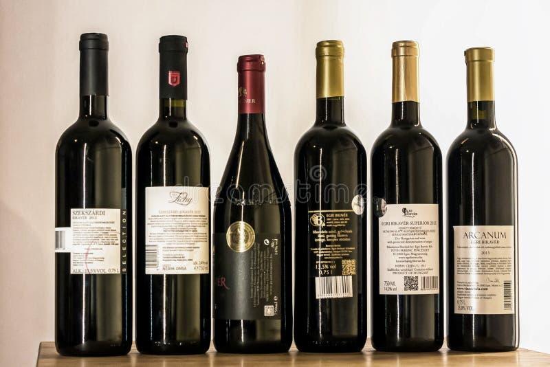 Budapest/Hongrie - 01-21-2018 : L'échantillon de vin hongrois a placé Bikaver le mélange hongrois - ARRIÈRE d'Eger - de Szekszárd images stock