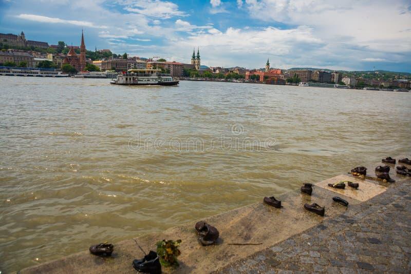 Budapest, Hongrie : Les chaussures de fer sur la banque de Danube est le monument est situées du côté de parasite de la promenade photographie stock