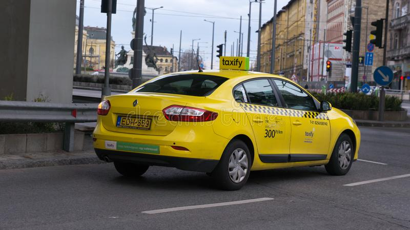 Budapest Hongrie que 03 15 2019 a taxify attend la lampe photo stock