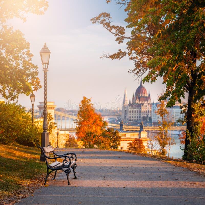 Budapest, Hongrie - scène romantique de lever de soleil au secteur de Buda avec le banc, courrier de lampe, feuillage d'automne,  images stock