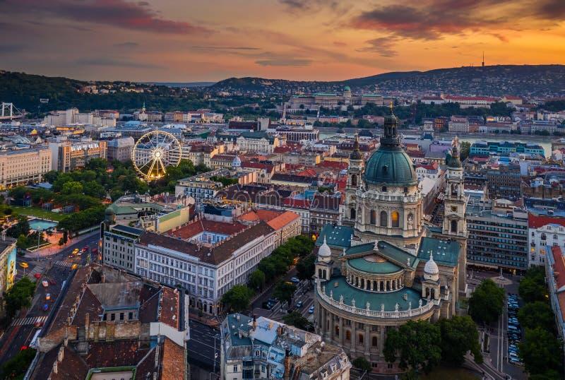 Budapest, Hongrie - vue aérienne d'horizon de Budapest au coucher du soleil avec la basilique de StStephen Buda Castle et roue de image stock
